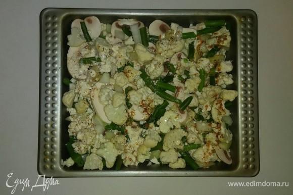 Затем в таком же порядке выкладываем остальные овощи. Поливаем овощи соусом. Разогреваем духовку до 185°C и ставим форму с овощами на 1 час. За 10 минут до готовности нужно посыпать овощи сыром. Приятного аппетита!