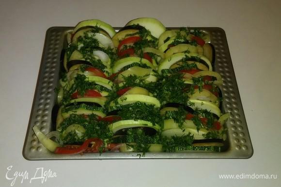 Выкладываем соус на овощи.