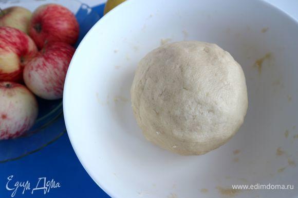 Скатать тесто в шар, завернуть в пленку, убрать в холодильник на 40 минут. Духовку разогреть до 200°C.
