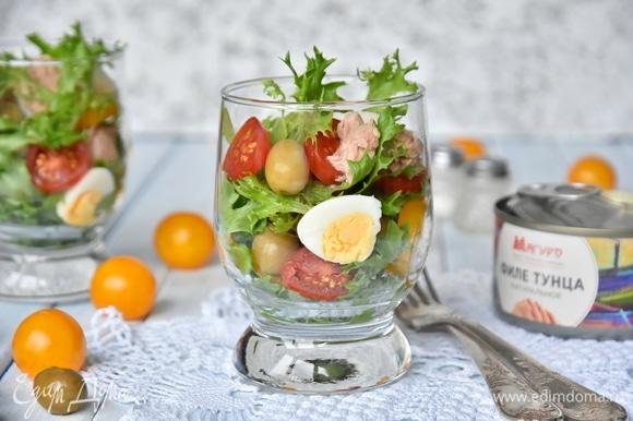 Для заправки смешать сок, слитый с консервированного тунца, соль, оливковое масло, смесь итальянских трав. Заправить салат непосредственно перед подачей.