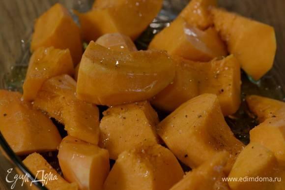 Тыкву почистить, нарезать небольшими кусочками и выложить в жаропрочную форму, затем слегка посолить, поперчить, полить кленовым сиропом и 1‒2 ст. ложками оливкового масла.