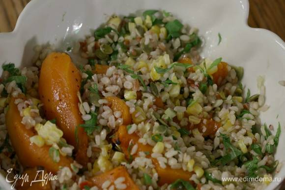 Добавить к рису тыквенные семечки, зерна кукурузы и кусочки запеченной тыквы.