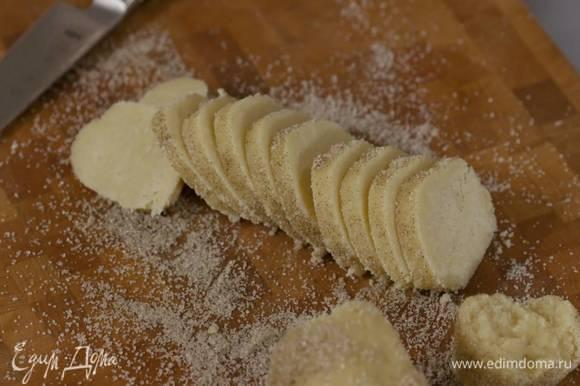 Оставшийся ванильный сахар высыпать на рабочую поверхность и прокатать колбаску из теста, так чтобы она покрылась сахаром. затем острым ножом нарезать тесто на кружки толщиной полсантиметра.