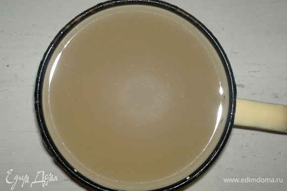 Из холодной воды, соли и сахара приготовить рассол, соединив ингредиенты и перемешав их. Рассол готовить порциями по 1 л, пока не покроет все арбузы.