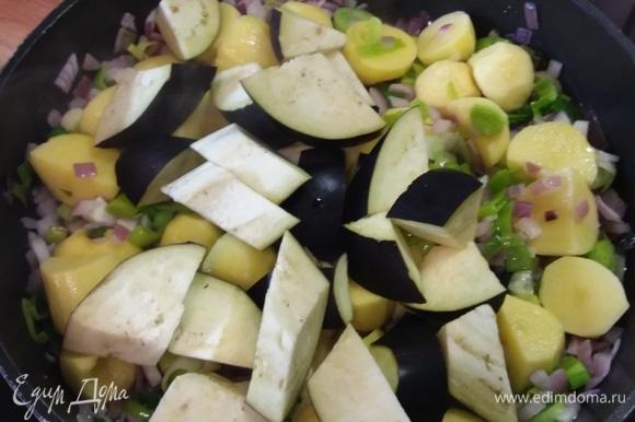 Очистите картофель и нарежьте его кубиками около 2 см. Баклажаны и тыкву также нарежьте примерно кубиком в 2 см. Добавьте баклажаны и картофель к луку, перемешайте и обжарьте вместе еще в течение нескольких минут.