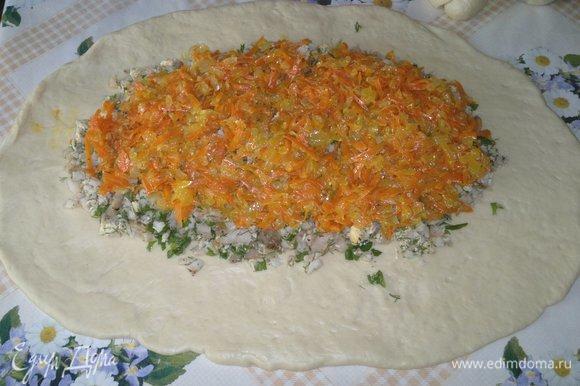На рыбную начинку выложить овощную.