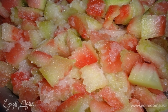 Сложить нарезанные арбузные корочки в таз и засыпать сахаром. Подождать, когда пустят сок. Бывает, что попадаются не очень сочные арбузы, тогда нужно добавить немного воды.
