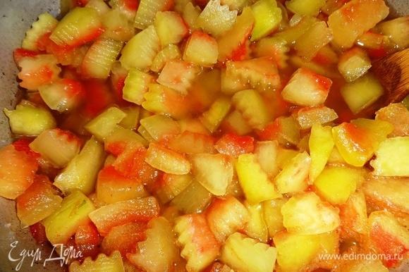 Поставить таз с корочками в сиропе на огонь, довести до кипения, снять пену, убавить огонь до среднего, поварить 10–15 минут и отставить до полного остывания.