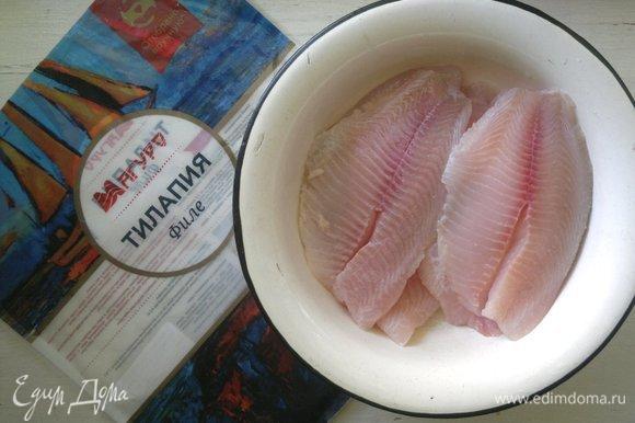 Филе тилапии ТМ «Магуро» разморозить в холодильнике в течение 6–7 часов. Рыбу промыть, обсушить бумажным полотенцем.