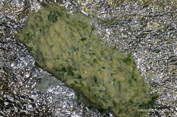 Пряное масло выложить на фольгу или бумагу, придать ему форму колбаски, завернуть. Положить в морозилку для охлаждения на 1 час.