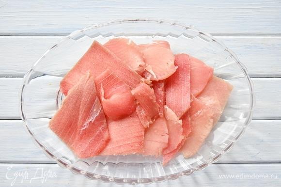 Филе тунца, не размораживая до конца, нарезать тонкими слайсами, разложить на блюде.