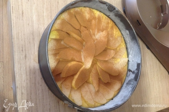 Готовое тесто выкладываем в форму. Сверху кладем дольки груши и посыпаем их корицей. Ставим в разогретый до 180°C духовой шкаф на 40–45 минут для выпекания.
