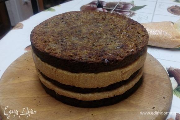 Снимаем кольцо, освобождаем торт от пищевой пленки (бордюрной ленты). Наносим на бока и на верх торта оставшийся крем, разравниваем лопаткой. Декорируем готовый торт.