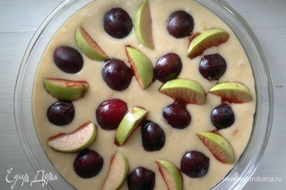 Вылить тесто в форму. Вынуть фрукты из сиропа и выложить на поверхности, слегка утапливая в тесте. Поставить пирог в духовку, разогретую до 180°C, на 35–40 минут.