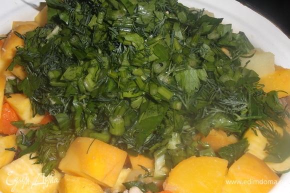 Всыпать измельченную зелень. Добавить соль по вкусу.