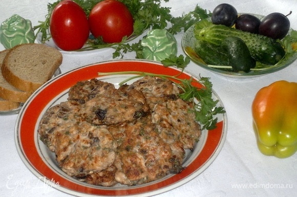 Подать оладьи на стол. На гарнир — картофельное пюре, отварной рис, салат из свежих овощей.