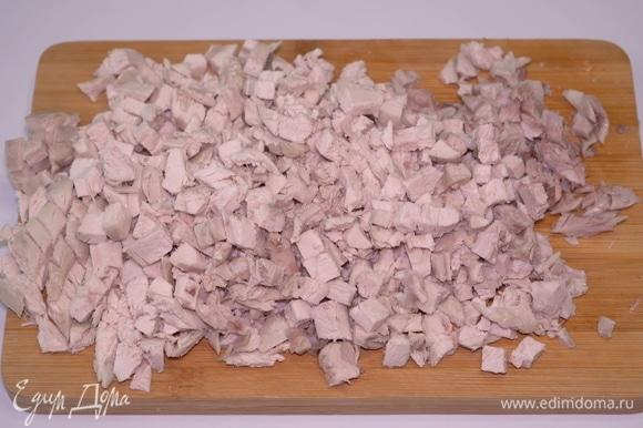 Отвариваем куриную грудку и куриные бедрышки до готовности. Затем очищаем бедрышки от шкурки и костей. Нарезаем и то, и другое мясо небольшими кубиками.