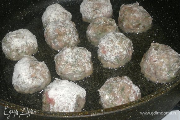 В сковороду налить растительное масло, разогреть его и выложить фрикадельки.