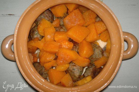 На фрикадельки выложить слой тыквы.