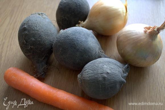 Очистить овощи. Редька — 1 большая, у меня мелкие по 400 г. Лук покрупнее берите.