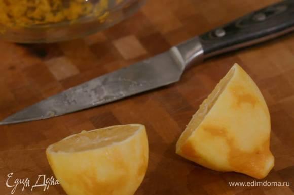 Из лимона выжать сок и полить нарезанные груши.