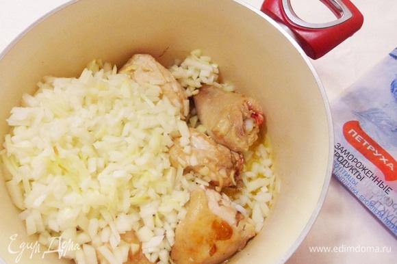 Затем добавить в кастрюлю к курице мелко нарезанный лук.