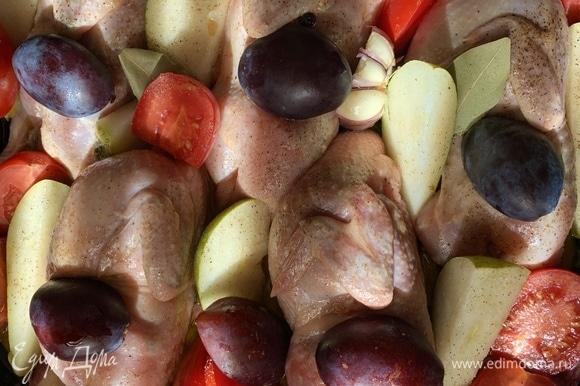 Из слив вынуть косточки и тоже туда — к перепелам, сверху щедро поливаю медом и оливковым маслом. Ставлю в духовку примерно на 30–40 минут. До румяной корочки.