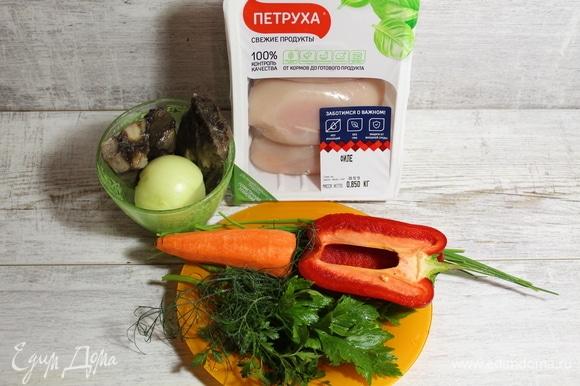 Очищаем лук, морковь, перец. Зелень подойдет любая, по вкусу. Грибы у нас уже отварные, замороженные.