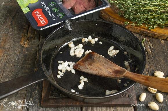 Оставшийся жир кладем в чугунную сковороду с высоким бортиком, растапливаем, смазываем дно и бортики.