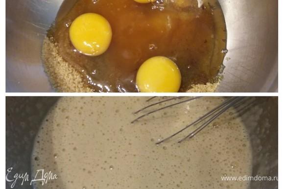 В миске смешать муку с разрыхлителем, щепоткой соли и содой. Сливочное масло растопить и слегка остудить. Форму (у меня стандартная форма для кекса) тщательно промазать маслом и посыпать мукой или манкой. Очень важно хорошо смазать форму, чтобы кекс не прилипал! В отдельной миске соединить яйца с сахаром и медом, взбить до посветления и образования легкой и пенистой массы. Добавить зернышки ванили.