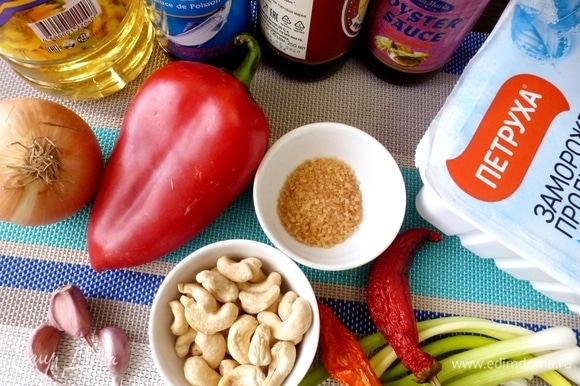 Подготовить ингредиенты для блюда. Овощи вымыть и почистить.