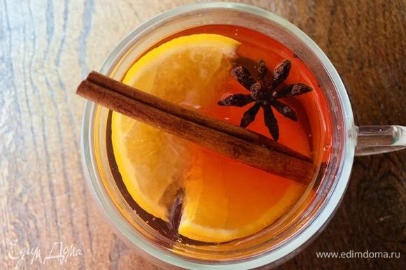 Добывить палочку корицы. Дать настояться чаю 5 минут.
