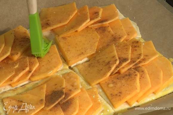 Отделить желток от белка, в желток вмешать столовую ложку молока, полученной смесью промазать края слоек.