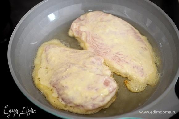 В сковороде разогрейте масло. Обжарьте шницели в кляре на небольшом огне сначала с одной стороны минут 7.