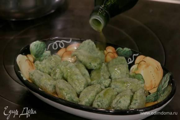 В глубокую посуду влить немного оливкового масла, выложить готовые нуди и сбрызнуть оставшимся оливковым маслом.