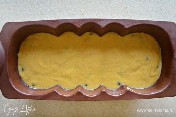 Форму для кекса слегка смажьте растительным маслом (у меня — силиконовая, поэтому смазывать маслом не потребовалось). Переложите тесто в форму, разровняйте и поставьте в разогретую до 180°C духовку на 55–60 минут. Ориентируйтесь на свою духовку и проверяйте готовность деревянной шпажкой.