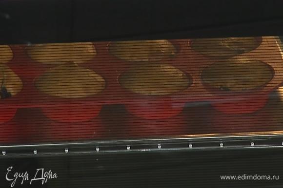 Выпекать маффины в предварительно разогретой до 200°С духовке в течение 20 минут.