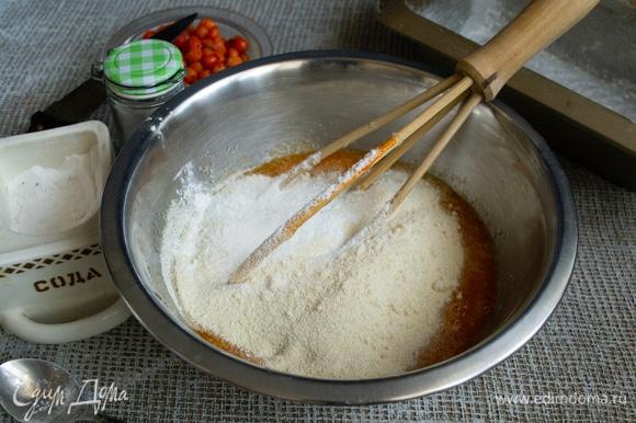 Наливаем кефир или простоквашу, всыпаем манную крупу. Пшеничную муку смешиваем с питьевой содой и разрыхлителем, высыпаем смесь на манку.