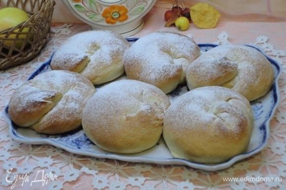 Готовые булочки посыпаем сахарной пудрой.