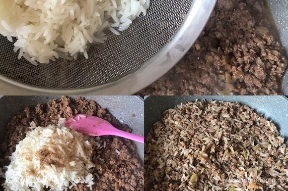 В готовый фарш добавить вареный рис, достать лавровый лист. Если надо, еще добавить специи. Перемешать, снять с огня и дать остыть.