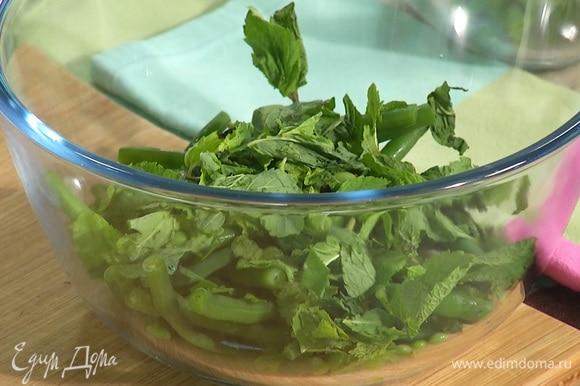 Салат заправить соком половины лимона и оливковым маслом. Посолить, поперчить и перемешать.