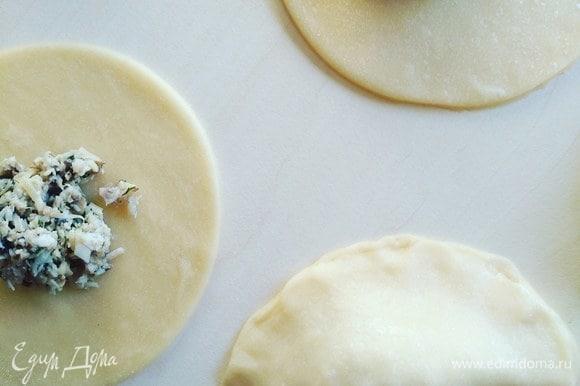 Складываем тесто пополам. Если оно успело у вас подсохнуть, смажьте край водой или яйцом при помощи кисточки.