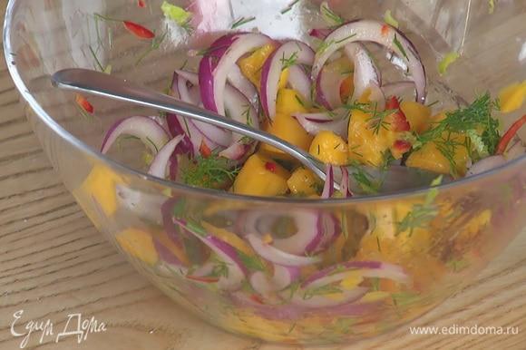 Нарезать мелко перец чили, добавить к остальным ингредиентам для соуса. Все хорошо перемешать.