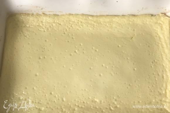 На фото уже полностью остывшая запеканка. Верхний слой очень хорошо схватился, запеканку легко можно нарезать.