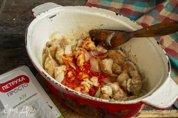 Добавляем томатное пюре, обжариваем 5 минут, наливаем куриный бульон, по вкусу солим.