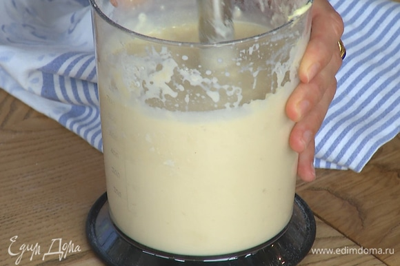 В тесто добавить масло, взбить до однородного состояния.