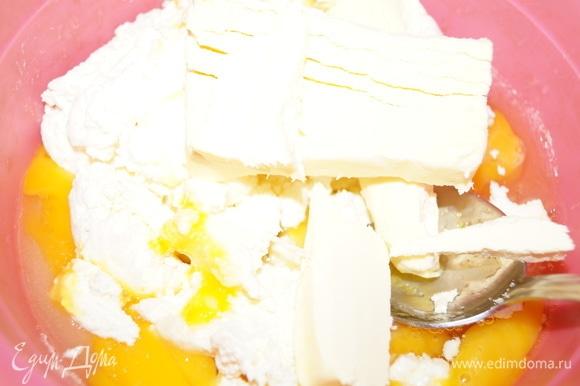 Яйца, сахар, творог 9%, сливочное масло разотрите до однородной массы.