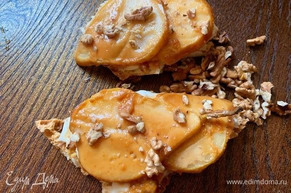 Посыпать орехами. Орехи можно использовать любые. У меня грецкие.