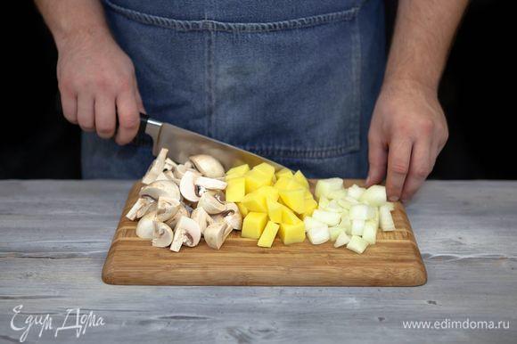 Грибы промойте, нарежьте. Картофель почистите и нарежьте кубиками. Лук почистите и крупно нарежьте.