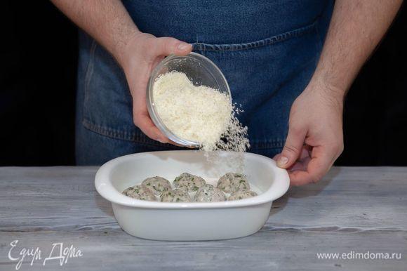 Посыпьте тертым сыром. Запекайте в духовке при 180°С 20 минут.